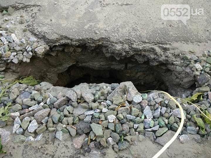В райцентре Херсонщины после ливня проваливается дорога, фото-1