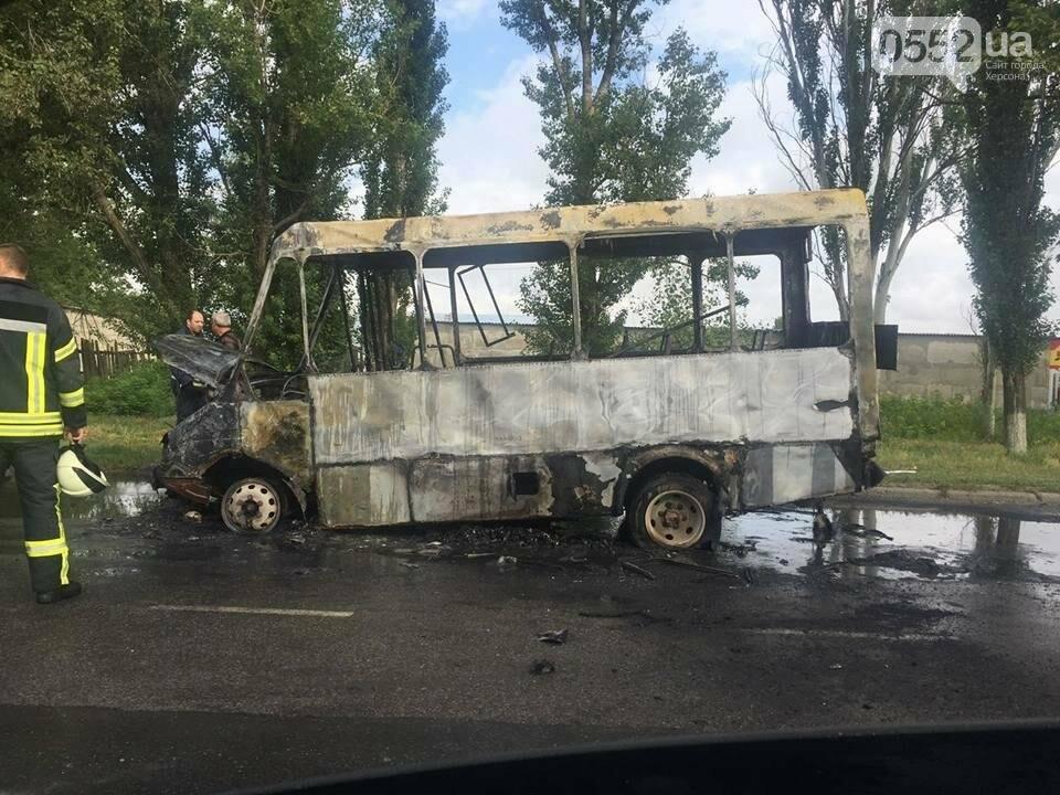 В Херсоне сгорела маршрутка (фото), фото-2