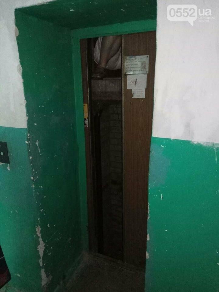В херсонской многоэтажке ремонтируют лифт, нарушая технику безопасности, фото-1