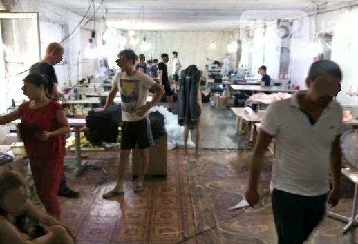 Поблизу Херсона викрито цех, де незаконно шили одяг та працювали громадяни В'єтнаму  , фото-1