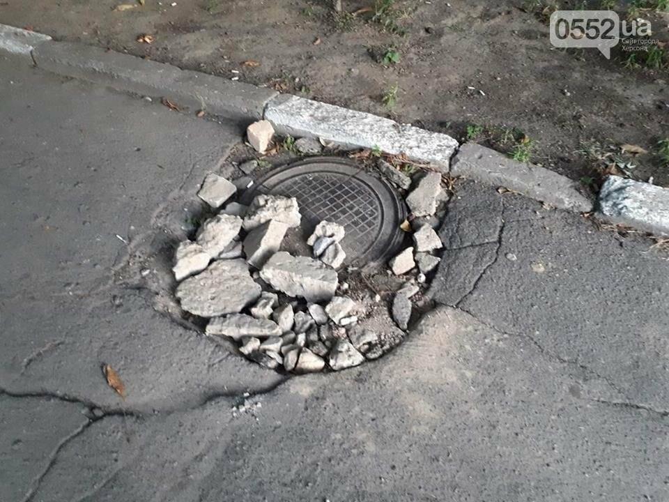 Горы мусора и разбитый асфальт - реалии херсонского двора, фото-2