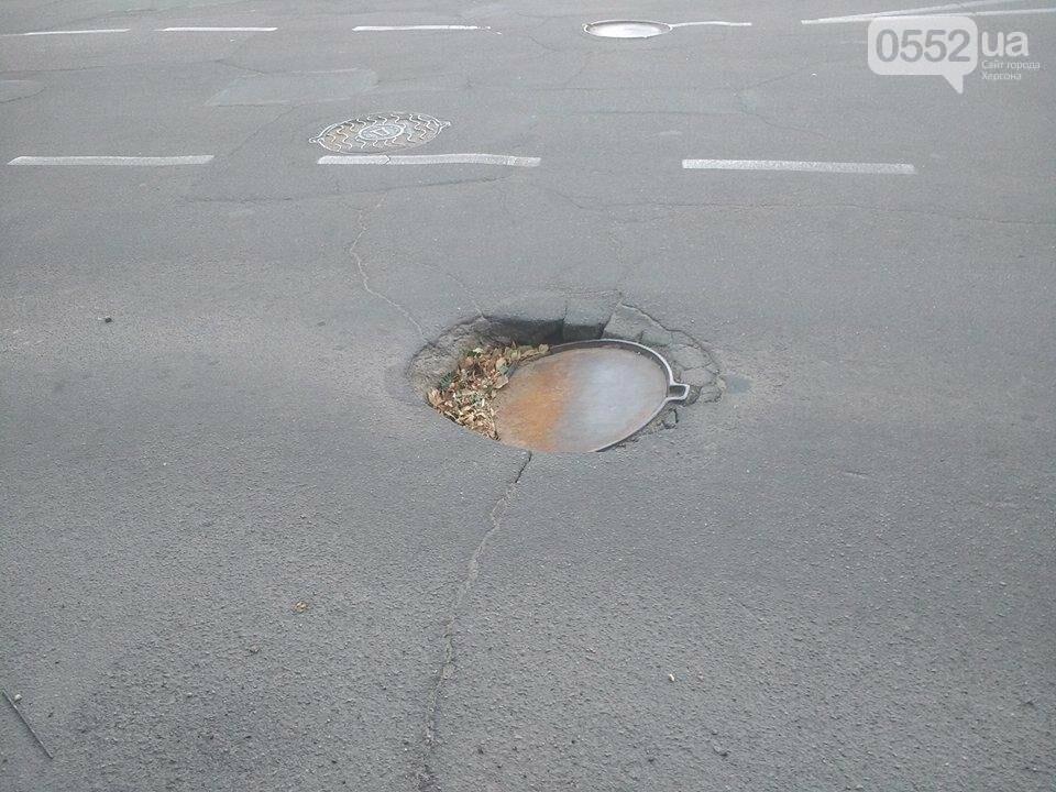 В Херсоне под асфальт проваливается люк (фото), фото-1