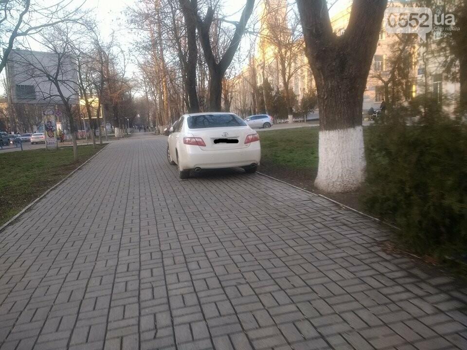 Припарковаться на тротуаре - норма для некоторых херсонских водителей, фото-1