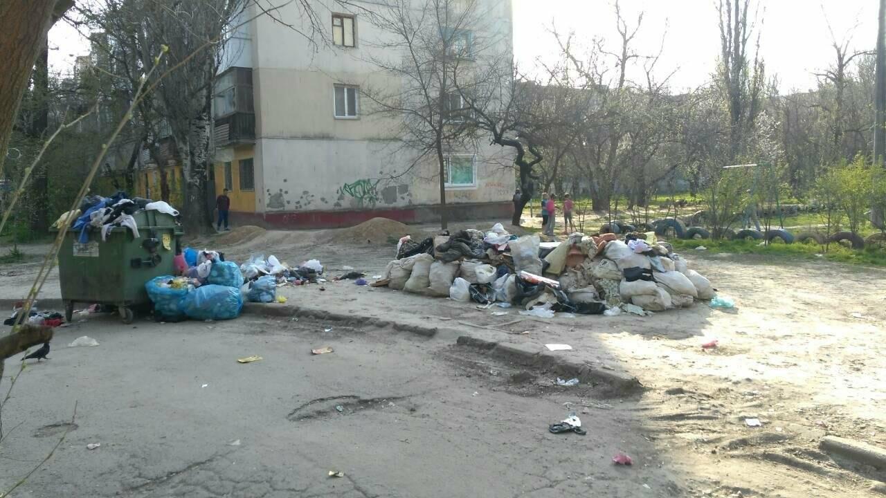 В Херсоне двор утопает в мусоре (фото), фото-3
