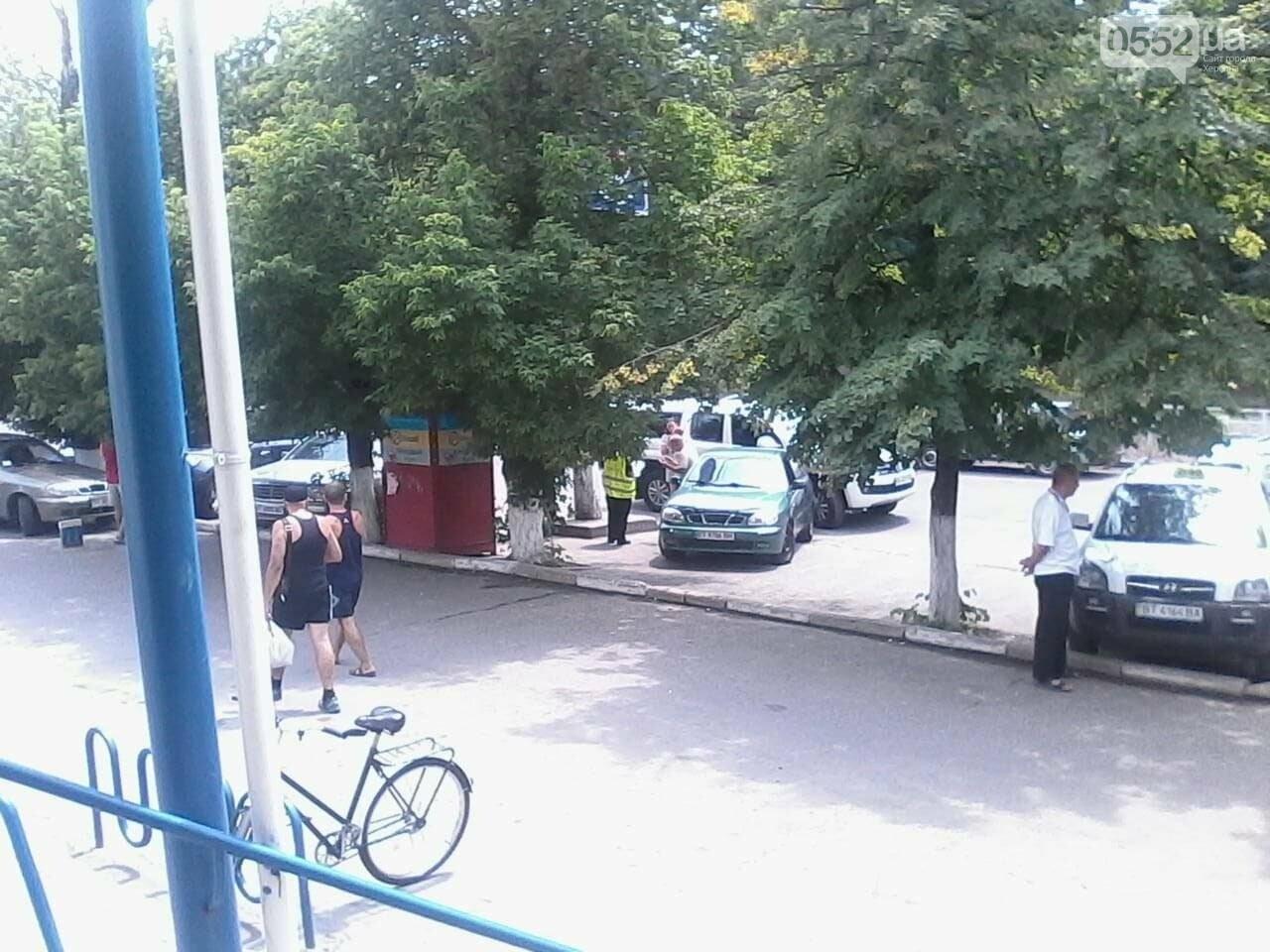 На парковке одного из супермаркетов в Херсоне столкнулись два автомобиля