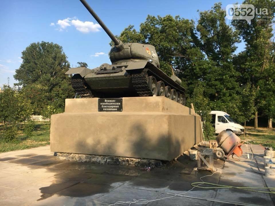 Трое каховчан уже неделю самостоятельно приводят в порядок памятник с танком