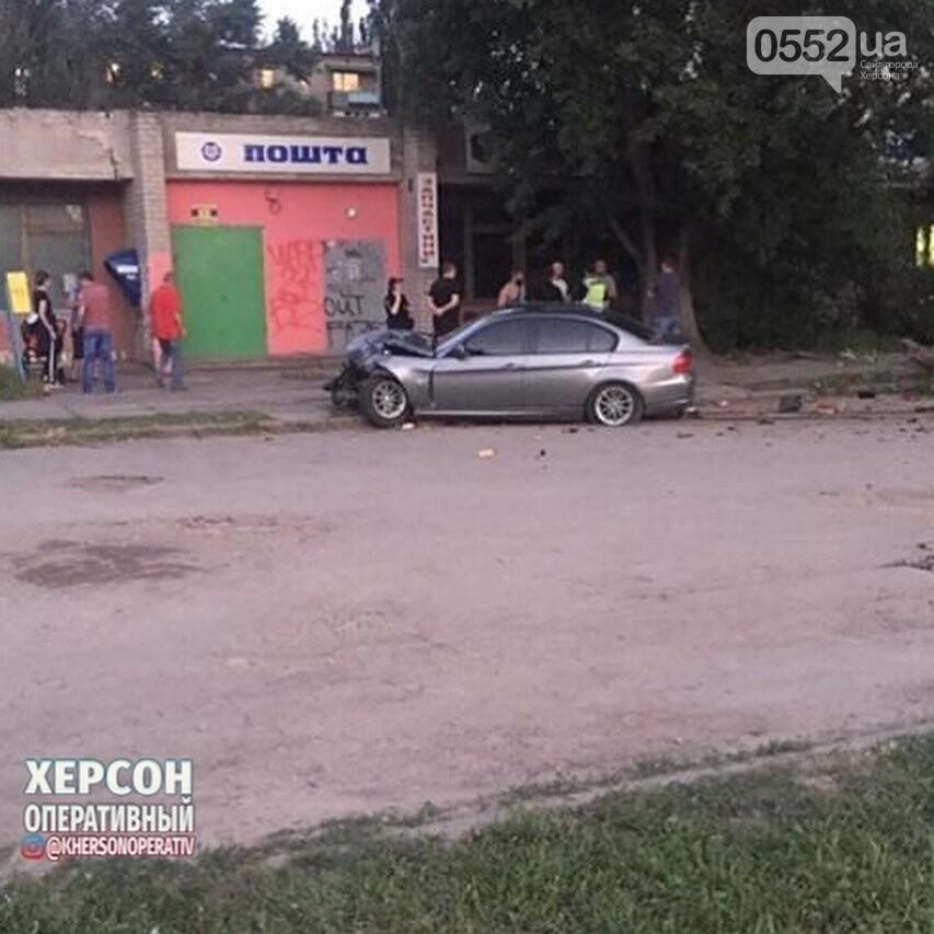 В Херсоне попавшую в ДТП иномарку сильным ударом выбросило на тротуар, фото-2