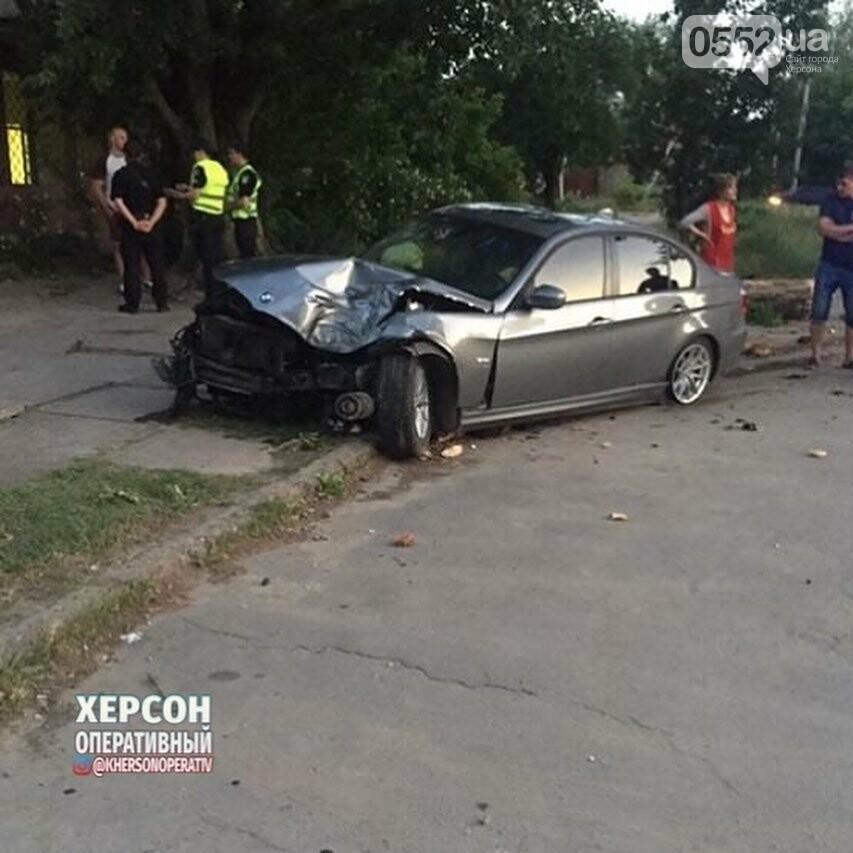 В Херсоне попавшую в ДТП иномарку сильным ударом выбросило на тротуар, фото-1