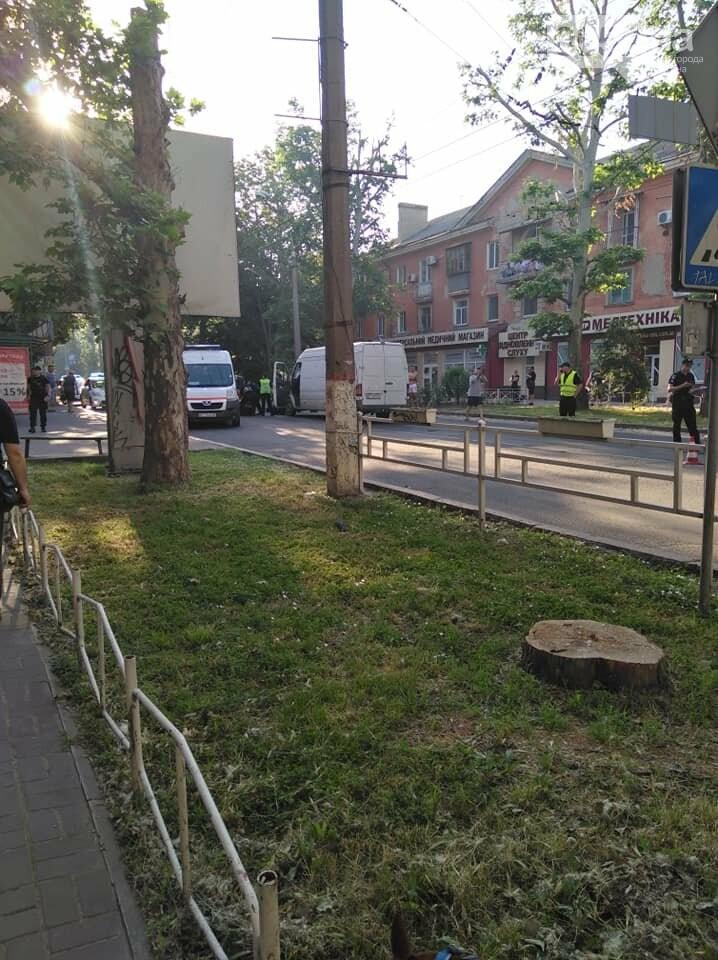 В Херсоне микроавтобус сбил двух пешеходов на «зебре»: ДТП парализовало движение в центре , фото-2