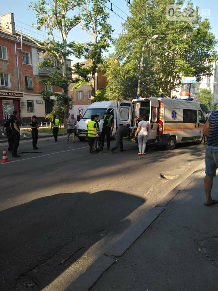 В Херсоне микроавтобус сбил двух пешеходов на «зебре»: ДТП парализовало движение в центре , фото-1