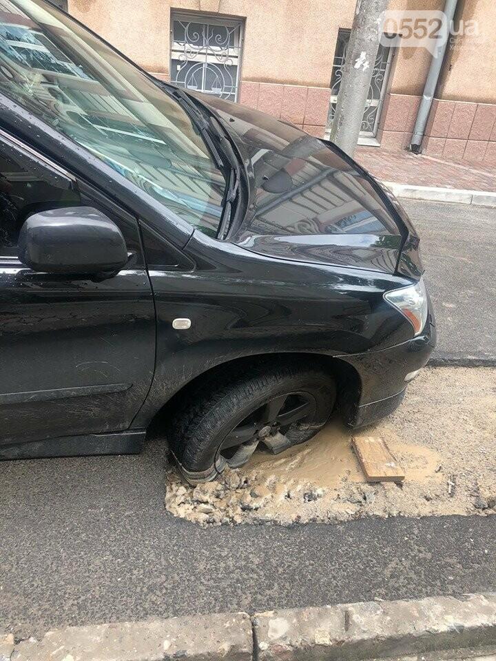 Машина провалилась в асфальт в центральной части Херсона , фото-2