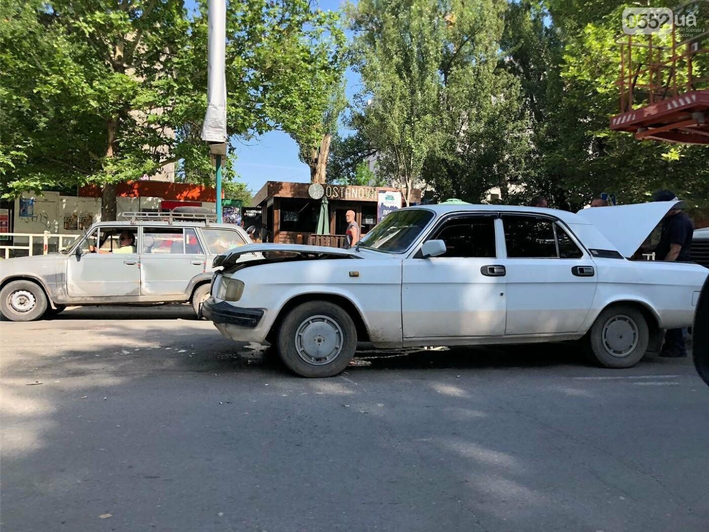 В Херсоне тройное ДТП: в аварию попали «Тойота», «Волга» и автовышка , фото-2