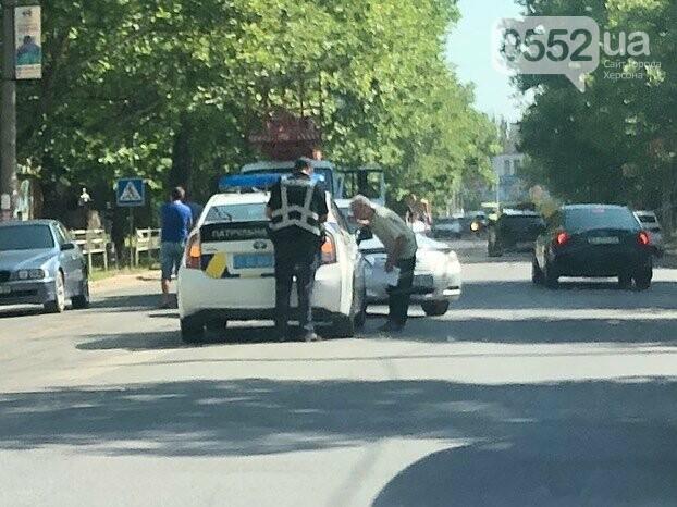 В Херсоне тройное ДТП: в аварию попали «Тойота», «Волга» и автовышка , фото-1
