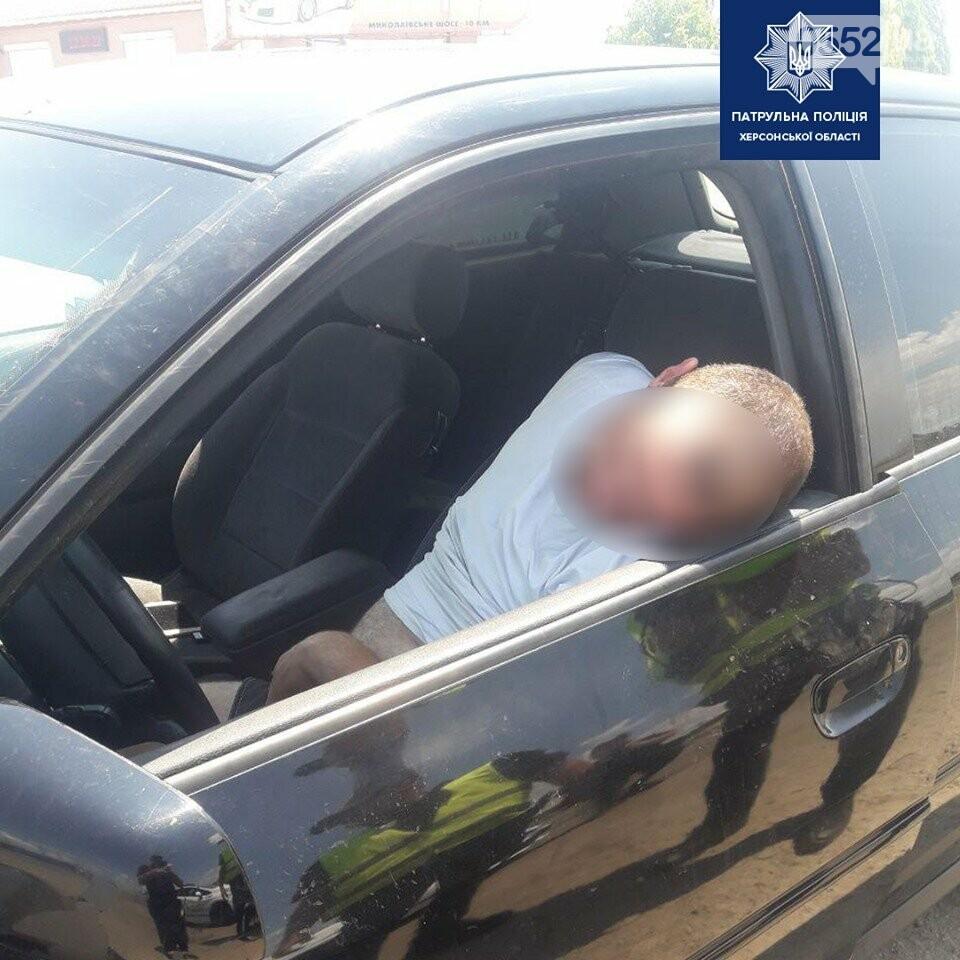Херсонский наркоман шокировал водителей на трассе: неадекватный хулиган заснул за рулем , фото-1