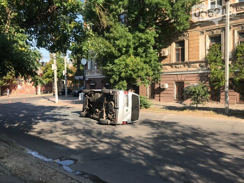 В центре Херсона опасное ДТП: микроавтобус перевернулся вверх колесами, фото-1