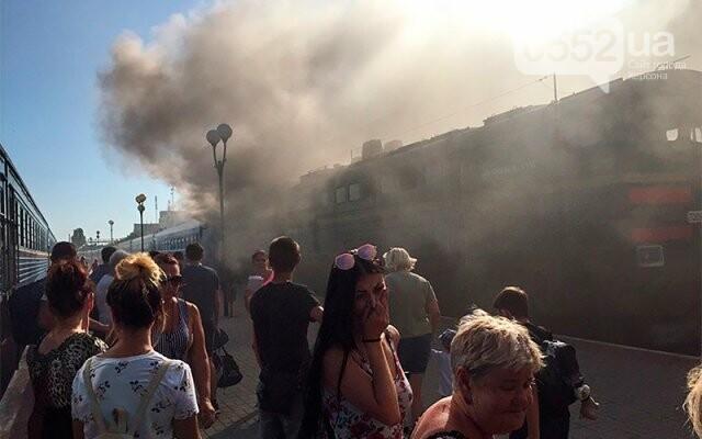 Загорелся локомотив поезда Херсон-Киев: перепуганные люди в шоке прыгали из окон (ВИДЕО), фото-2