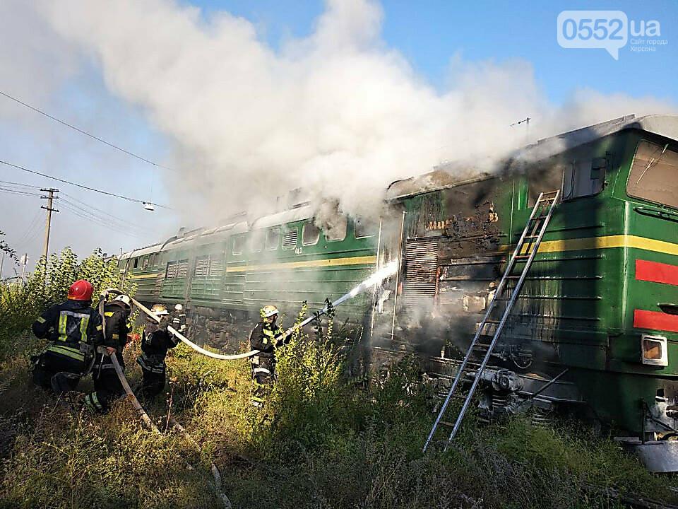 Загорелся локомотив поезда Херсон-Киев: перепуганные люди в шоке прыгали из окон (ВИДЕО), фото-1