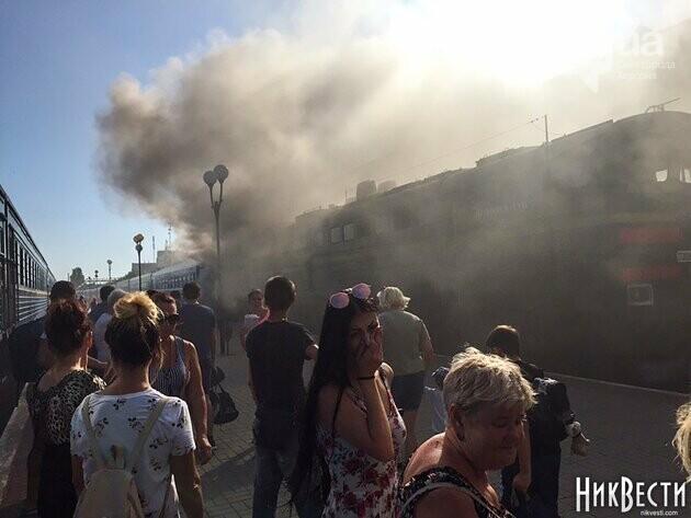 Загорелся локомотив поезда Херсон-Киев: перепуганные люди в шоке прыгали из окон (ВИДЕО), фото-6
