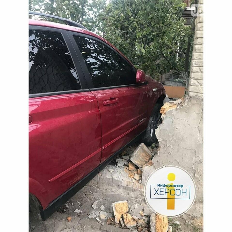 В Херсоне маленькие дети пострадали в ДТП: их мать на машине протаранила забор дома , фото-2