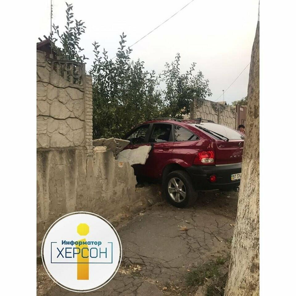 В Херсоне маленькие дети пострадали в ДТП: их мать на машине протаранила забор дома , фото-1