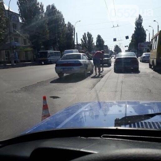 Транспортный коллапс в Херсоне: на Николаевском шоссе столкнулись две легковушки , фото-1