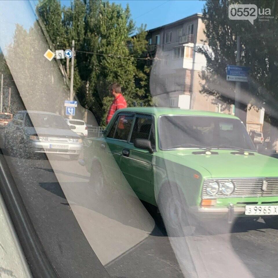 Транспортный коллапс в Херсоне: на Николаевском шоссе столкнулись две легковушки , фото-2