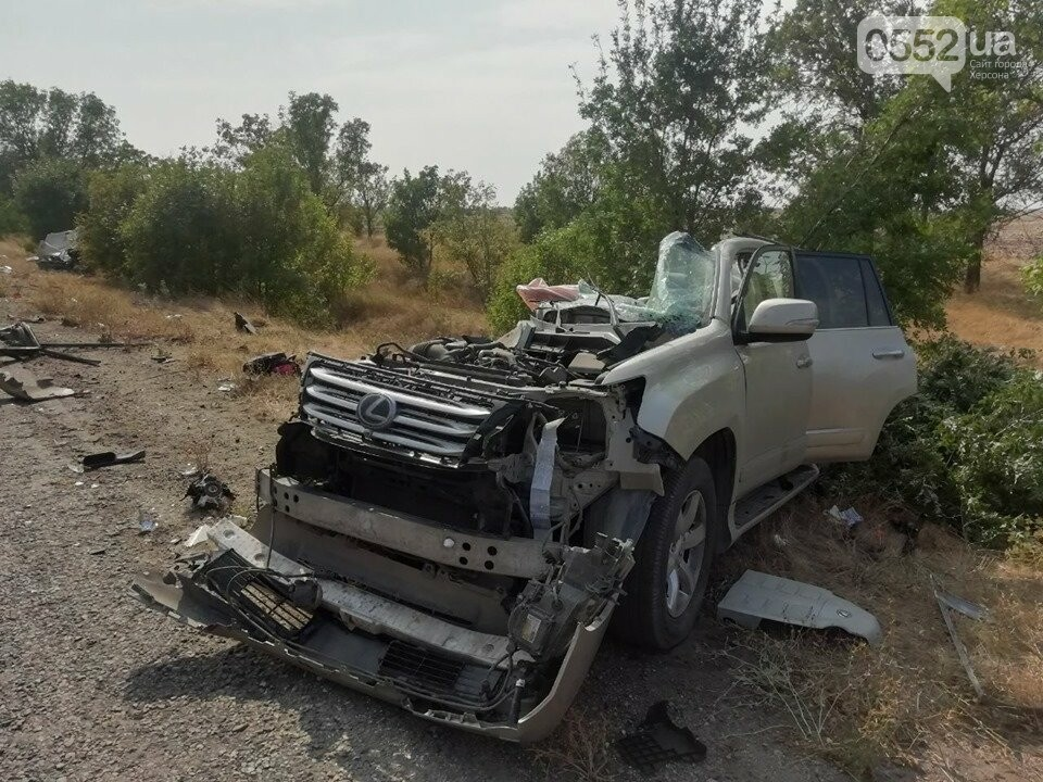 Жуткое ДТП под Херсоном: грузовик разорвал в клочья эпатажный «Лексус», пассажирка погибла, фото-1