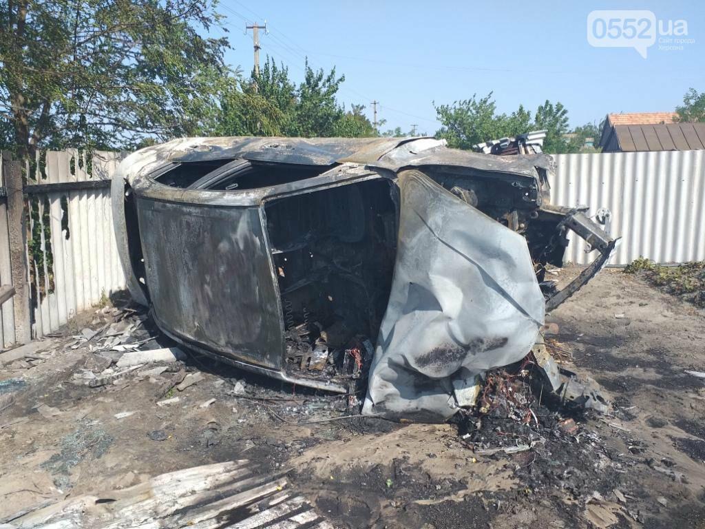 На Херсонщине страшное ДТП: иномарка врезалась в дом и загорелась, пожар сняли на ВИДЕО, фото-1