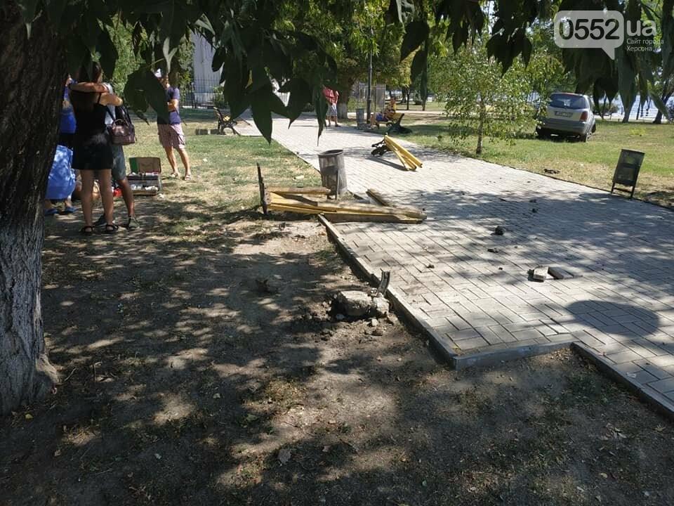 Житель Херсона попал в ДТП не вставая с лавочки: водитель снес скамейку и въехал в дерево, фото-1