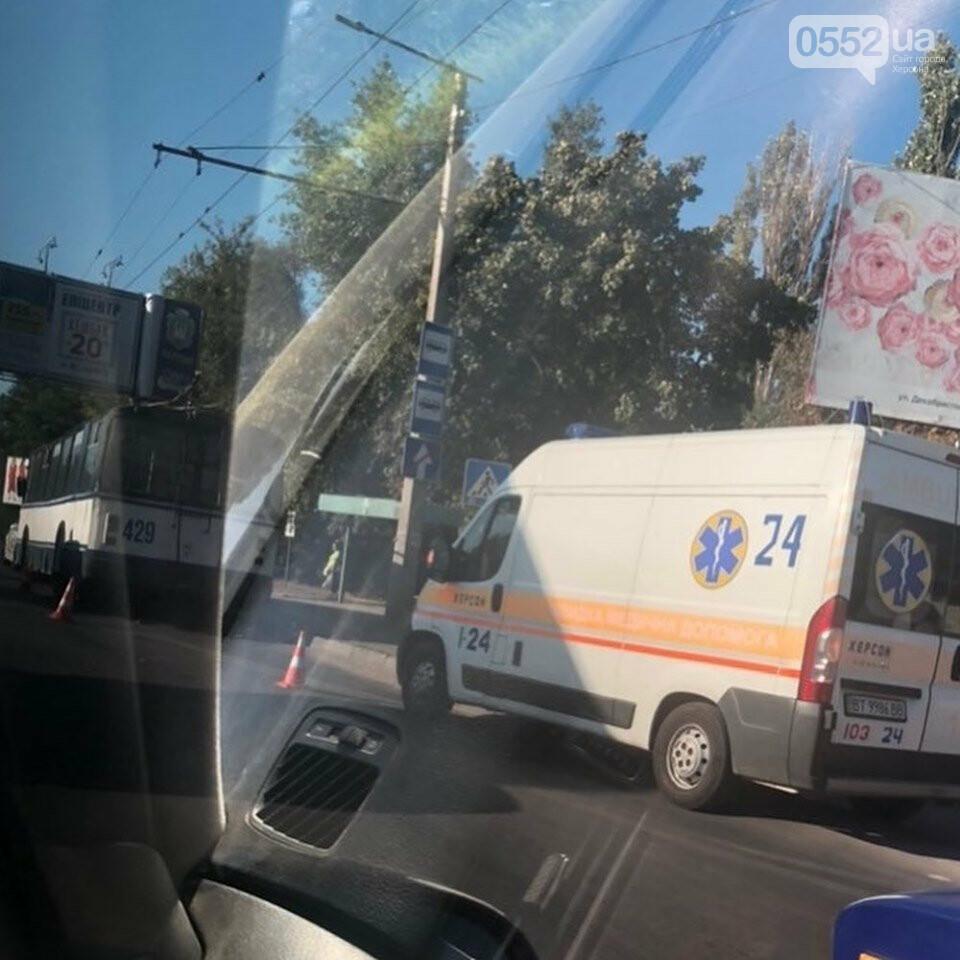 В Херсоне машина сбила кондуктора троллейбуса на тротуаре: город встал в пробках, фото-3