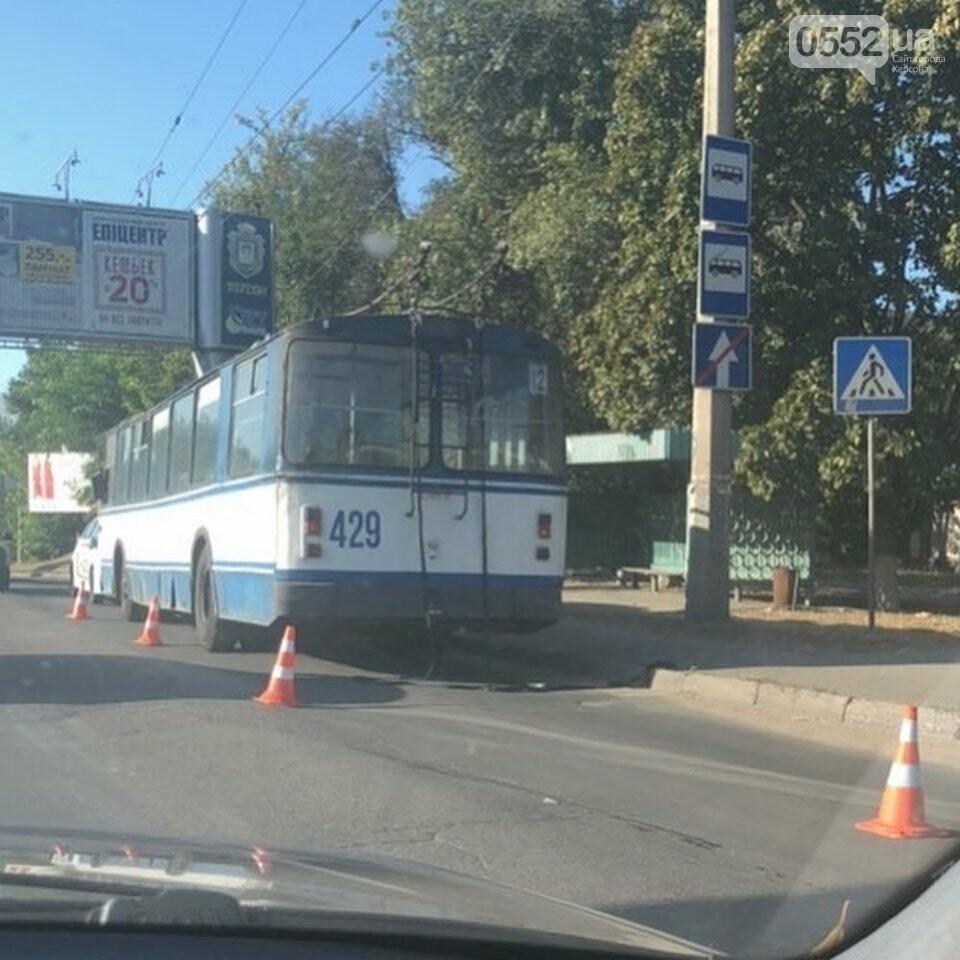 В Херсоне машина сбила кондуктора троллейбуса на тротуаре: город встал в пробках, фото-2