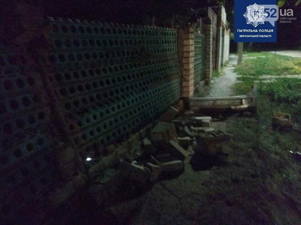 Пьяный за рулем устроил ДТП в Херсоне, а затем – протаранил машиной забор дома и сбежал, фото-3