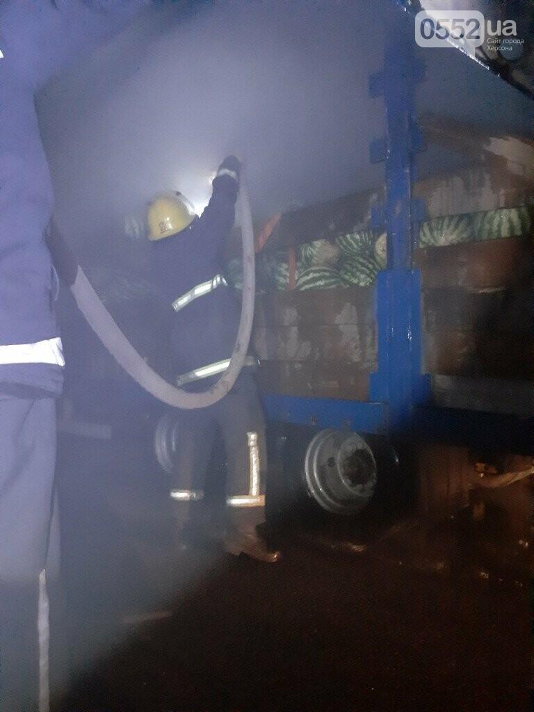 На Херсонщине фура с арбузами вспыхнула, словно спичка: пожар из-за самовозгорания соломы, фото-5