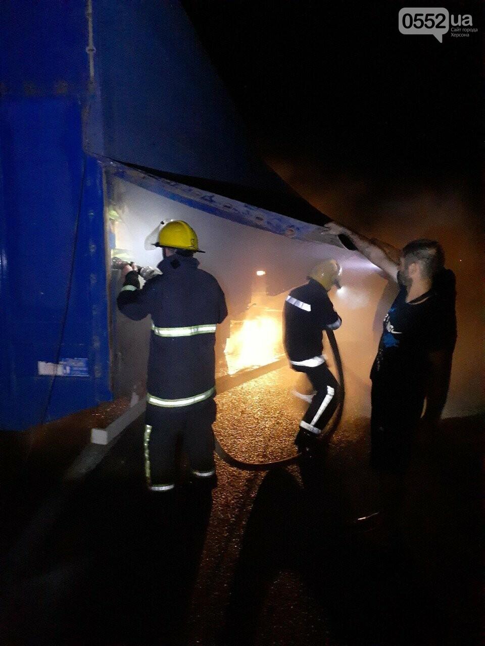 На Херсонщине фура с арбузами вспыхнула, словно спичка: пожар из-за самовозгорания соломы, фото-8