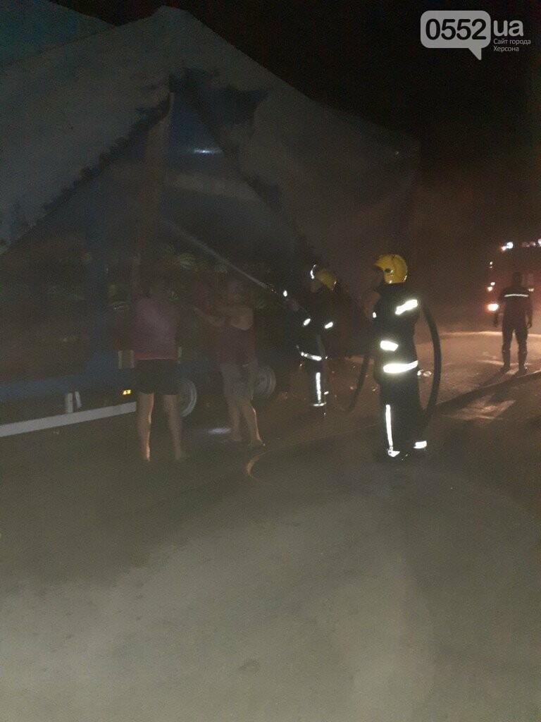 На Херсонщине фура с арбузами вспыхнула, словно спичка: пожар из-за самовозгорания соломы, фото-10