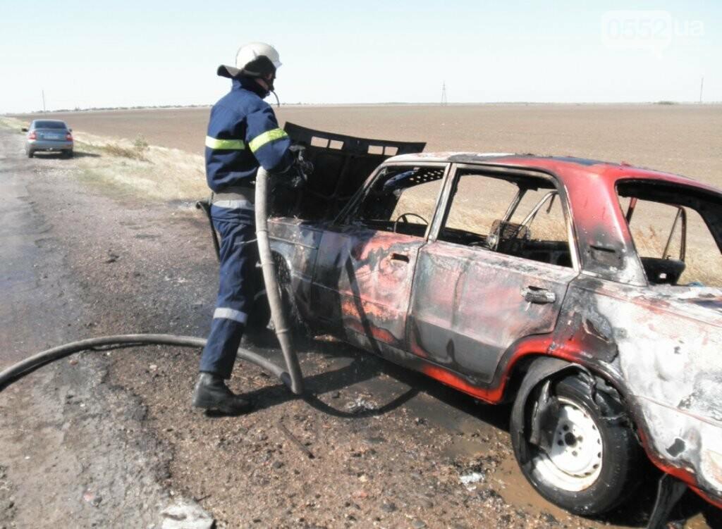Под Херсоном сгорел автомобиль: водителя напугал черный густой дым из капота , фото-1