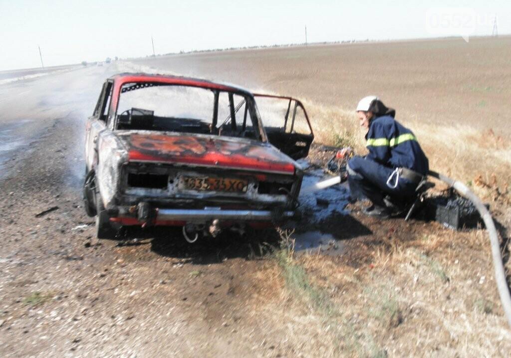 Под Херсоном сгорел автомобиль: водителя напугал черный густой дым из капота , фото-2