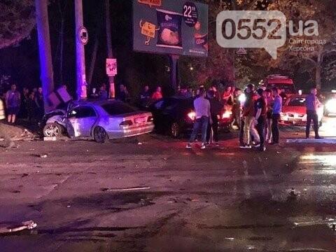 Страшное ночное ДТП на День города в Херсоне: Мерседес сметал с пути деревья, столбы и машины, фото-6