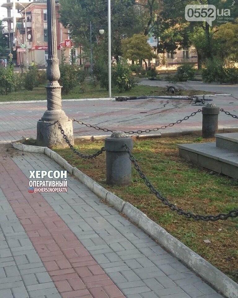 Праздничное ДТП в Херсоне: пьяный водитель едва не снес памятник Потемкину, фото-2