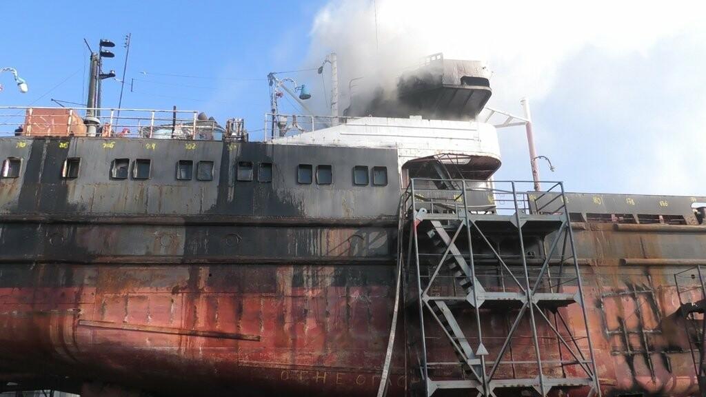 В Херсоне загорелся корабль: пожарные три часа сражались с бушующим огнем, фото-1