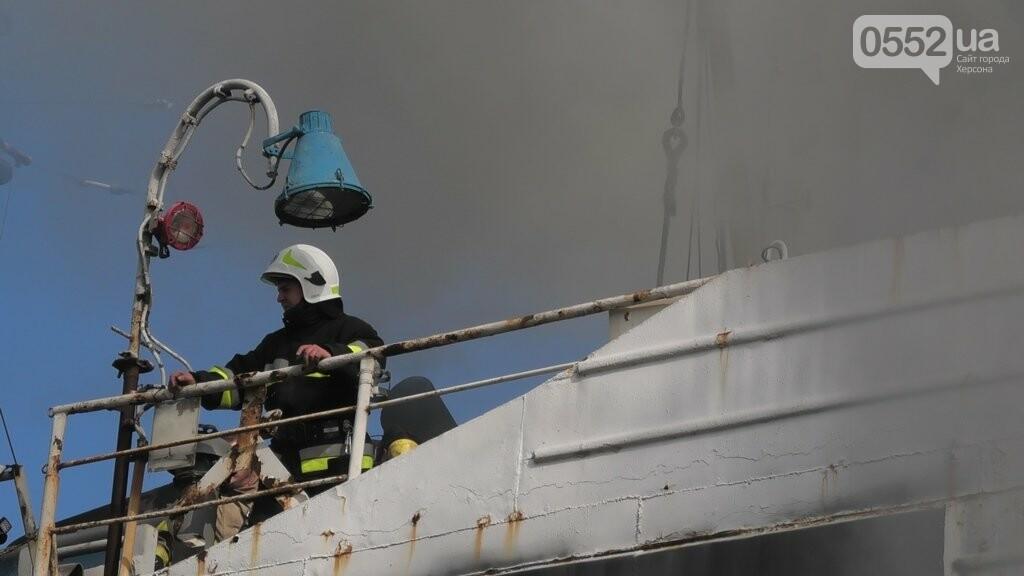 В Херсоне загорелся корабль: пожарные три часа сражались с бушующим огнем, фото-2