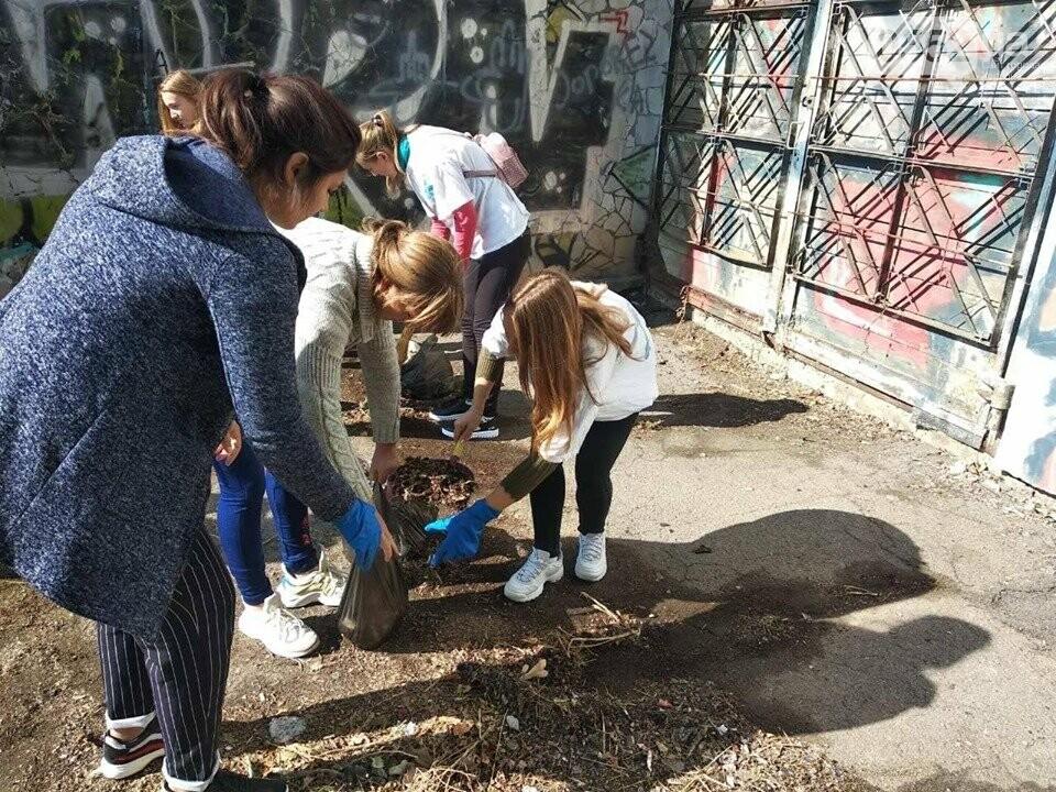 Студентки с метлами вернули Херсону чистоту после Дня города: десятки мешков с мусором, фото-1
