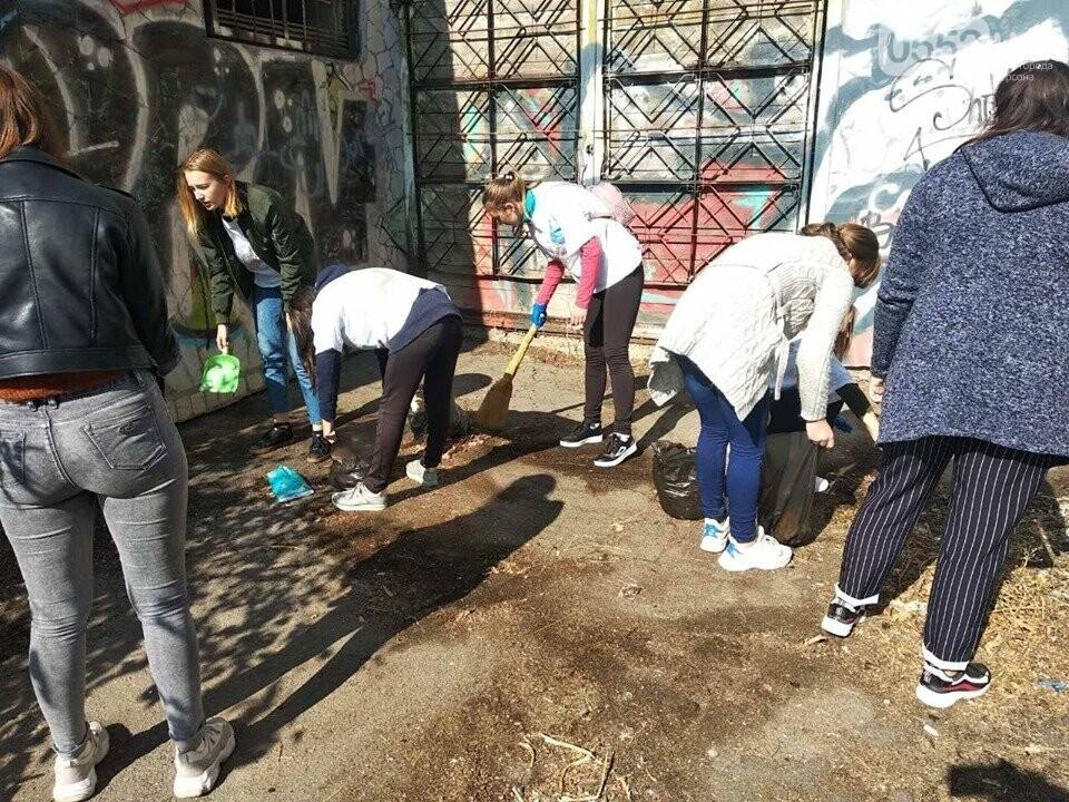 Студентки с метлами вернули Херсону чистоту после Дня города: десятки мешков с мусором, фото-2