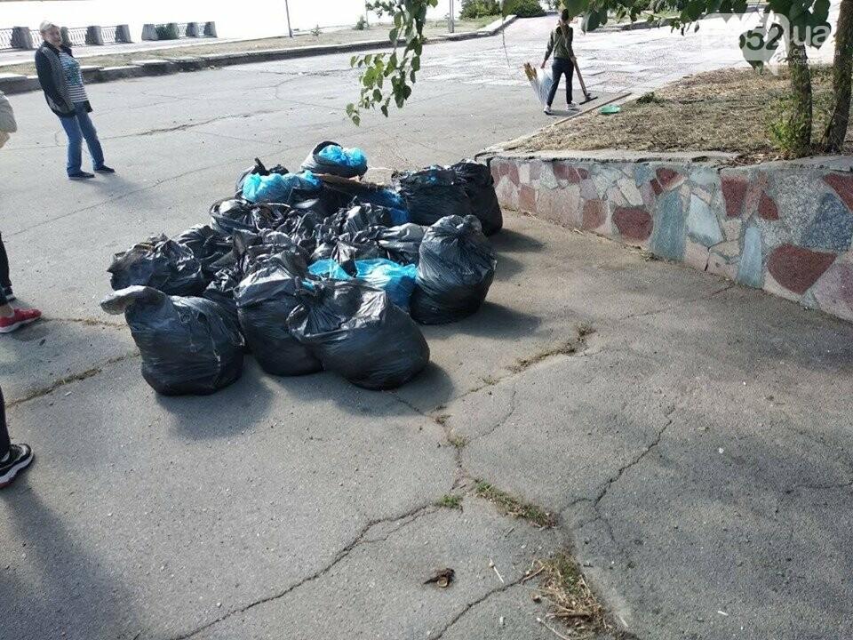 Студентки с метлами вернули Херсону чистоту после Дня города: десятки мешков с мусором, фото-3