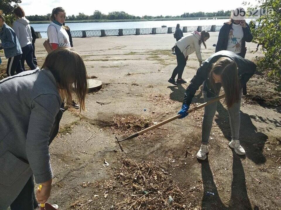 Студентки с метлами вернули Херсону чистоту после Дня города: десятки мешков с мусором, фото-5