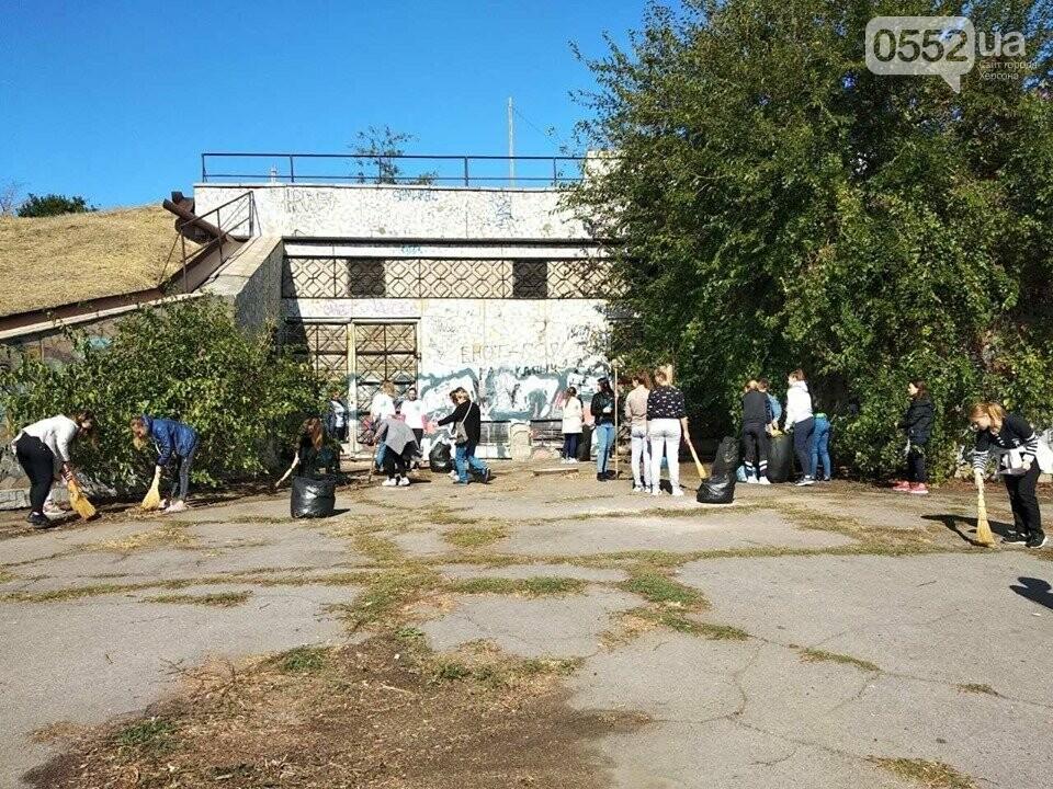 Студентки с метлами вернули Херсону чистоту после Дня города: десятки мешков с мусором, фото-6
