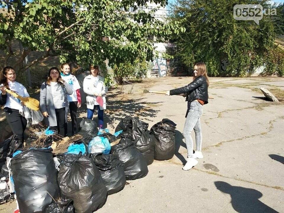 Студентки с метлами вернули Херсону чистоту после Дня города: десятки мешков с мусором, фото-7