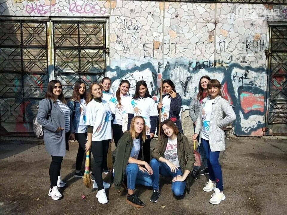 Студентки с метлами вернули Херсону чистоту после Дня города: десятки мешков с мусором, фото-8