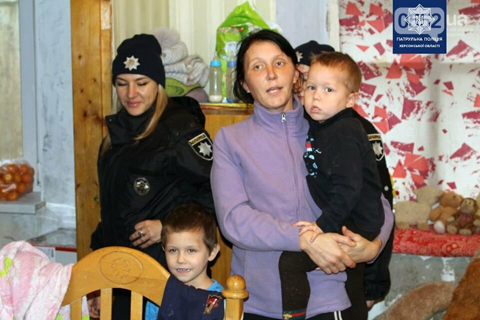 Многодетная семья, воспитывающая 8 детей, получила от полицейских Херсона подарки, фото-1