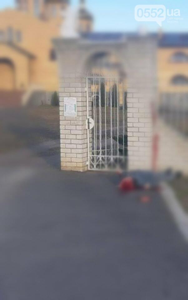 Труп в луже крови перед входом в херсонский храм: рядом со странным покойником нашли обрез, фото-2